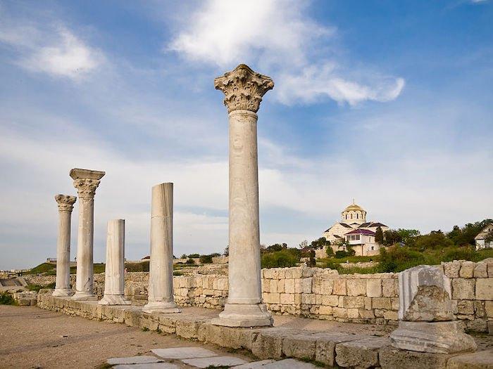 Херсонес Таврійський, на задньому плані –храм Святого Володимира