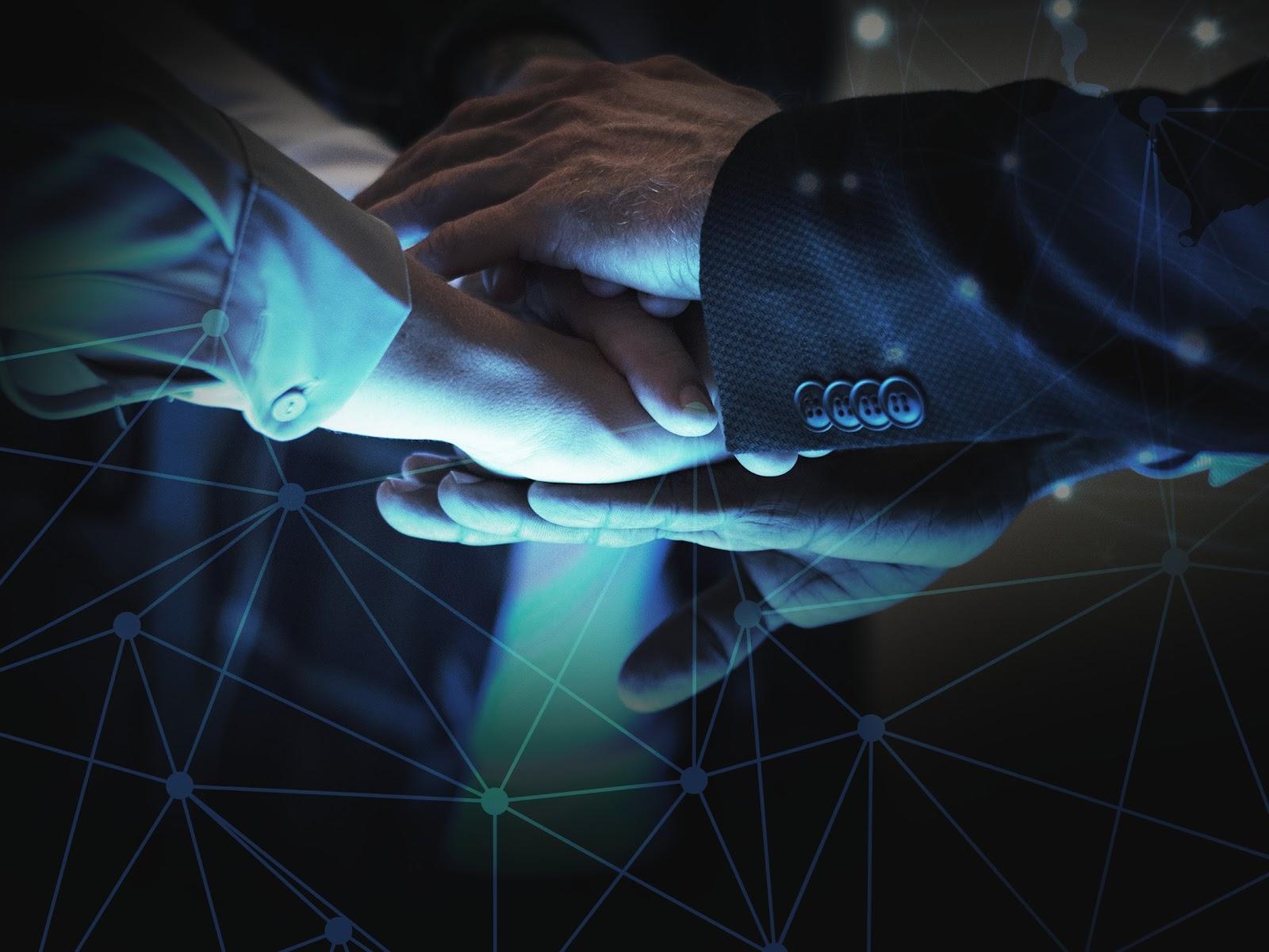 Imagem de 3 mãos sobrepostas, mostrando a importância da conexão via networking por meio do microsoft azure.