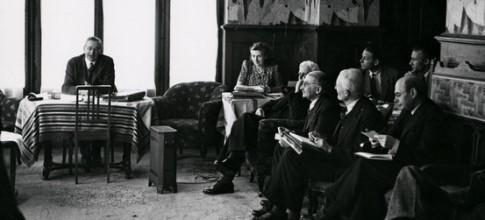 Friedrich Hayek preside, em 1947, a primeira reunião da Sociedade Monte Pèlerin, no resort suíço de mesmo nome. Lançadas em 1938, em Paris, as ideias de Hayek e Von Mises entusiasmaram desde cedo milionários e suas fundações -- principais financiadores do esforço de formulação do projeto neoliberal
