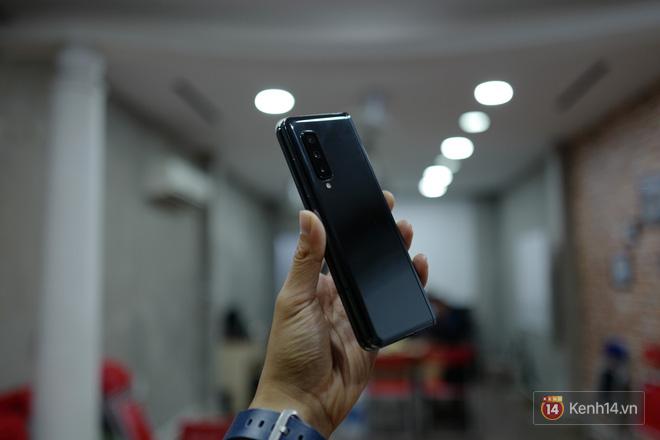 Siêu phẩm màn hình gập Galaxy Fold duy nhất của Việt Nam: Độ chảnh ăn đứt iPhone 11, nhưng giá thì trời ơi... - Ảnh 4.