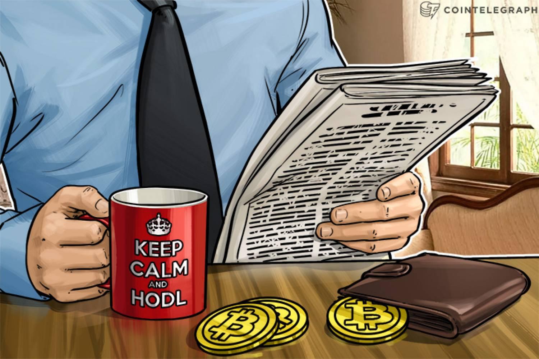Un homme buvant du café dans une tasse «Keep calm and HODL»
