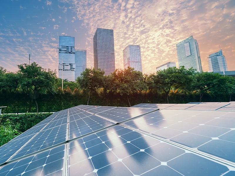 Placas solares próximas a prédios. Conceitos de economia circular e sustentabilidade.
