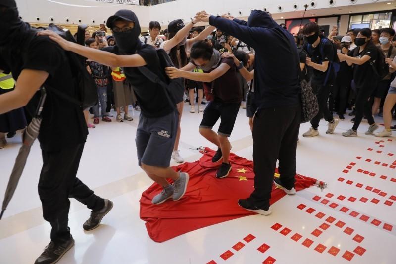 中聯辦今日發聲明指毀損國旗的行為,「極大地傷害了包括廣大香港同胞在內的全中國人民的感情。圖為22日香港示威者於沙田商場。(美聯社)