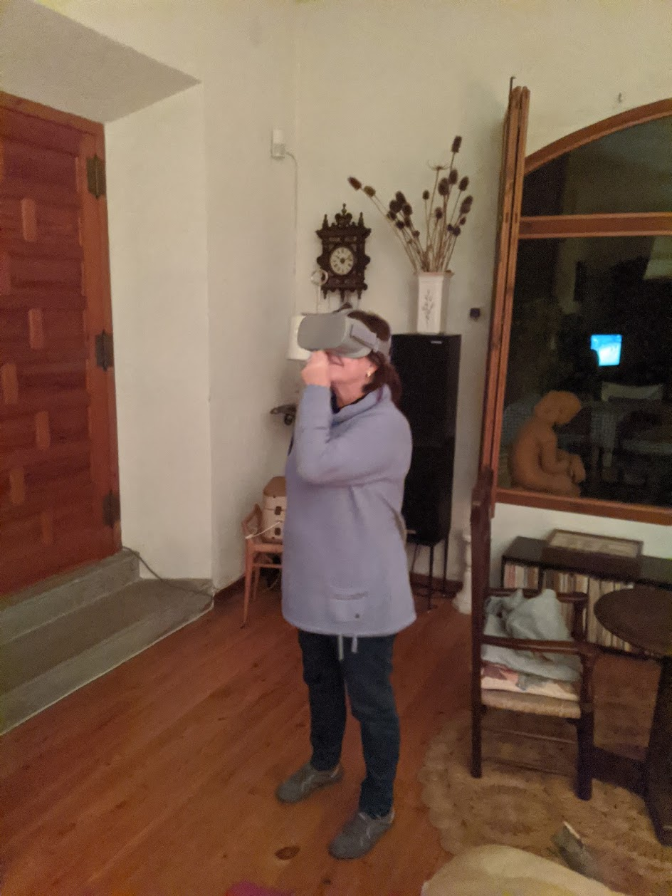 Titi trying VR for the first time - hoppin