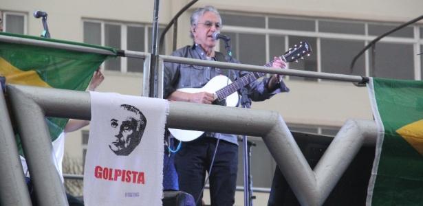 Caetano participou de ato que pediu 'Fora, Temer' e 'Diretas-já' no Rio no domingo (28)