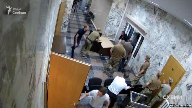 НАБУ опублікувало відео прориву до будівлі бюро
