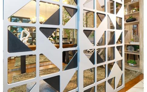 Branco em detalhes geométricos, sem paredes você separa os espaços rapidamente. Modelo Escape, também da coleção 2021.