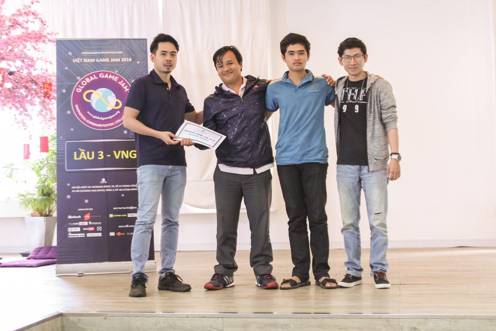 BGK trao tặng giấy chứng nhận tham dự cuộc thi Vietnam Game Jam 2018 cho các đội