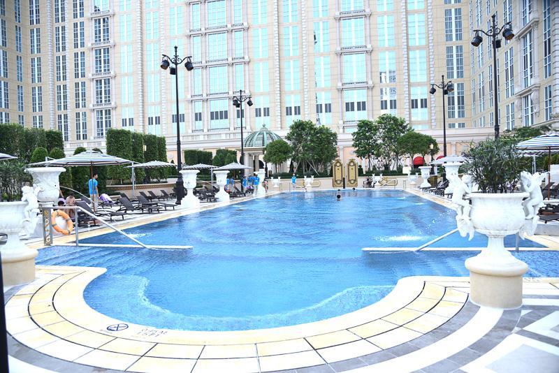 メインのホテル棟の目の前にプールがある