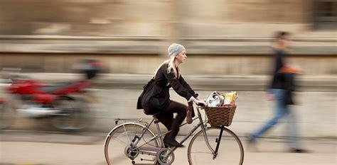 Une femme nette roulant à vèlo, un mode de transport low-tech, le fond de l'image est flou