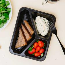 Pasta jajeczna ze szczypiorkiem, chleb żytni, roszponka z pomidorem