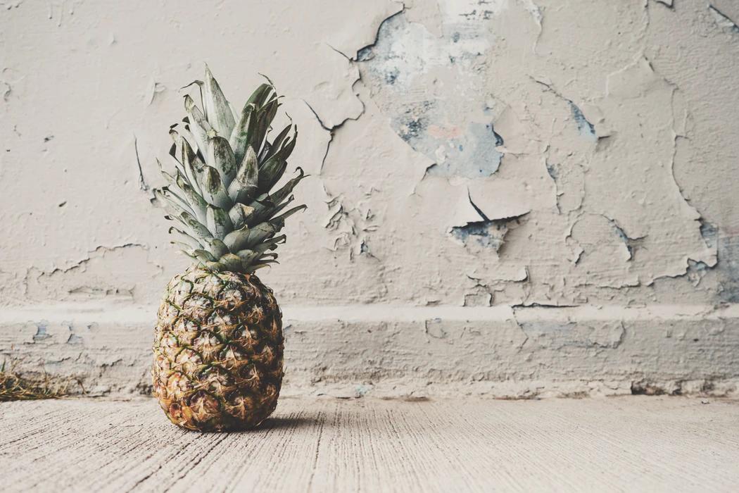 ananass valgel taustal