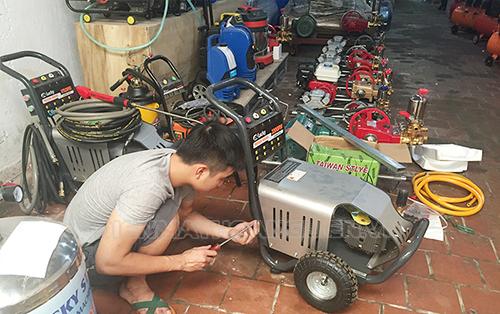 nhân viên sửa chữa máy rửa xe cao áp chuyên nghiệp