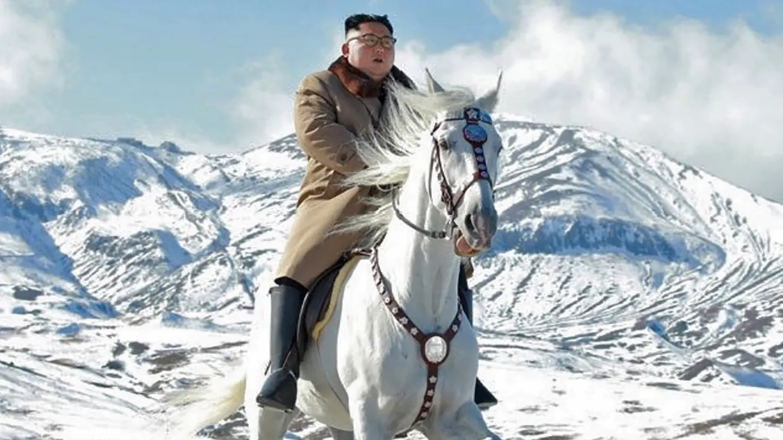 Kim-Jong-Un-en-corcel-blanco-twitter-red-social-memes-chiste-Corea-Norte-
