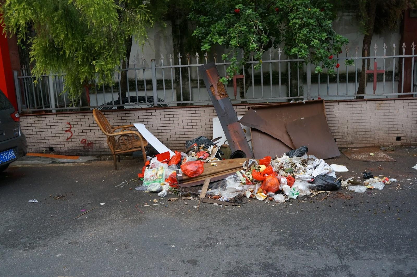 石码清晨街道的垃圾.JPG