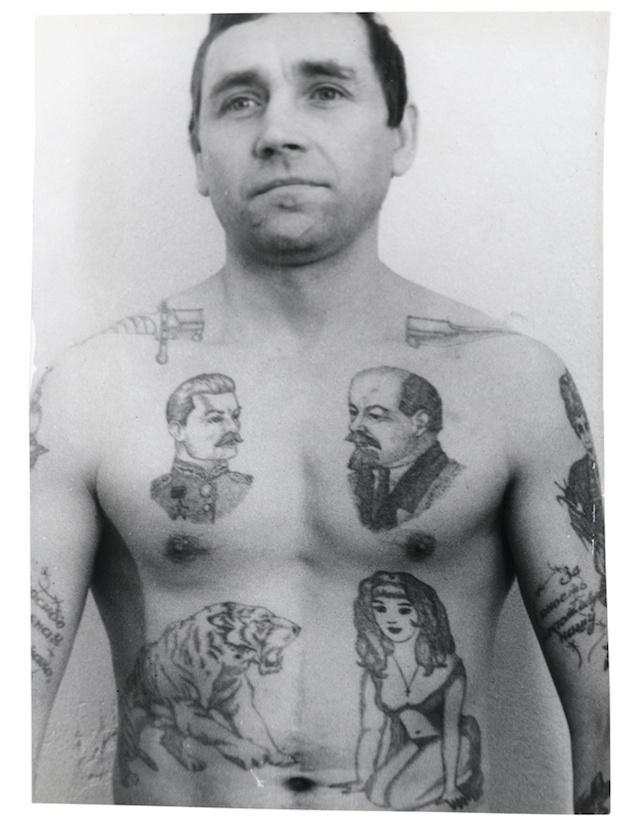 Кинжал, пропущенный через шею, указывает, что преступник убил кого-то в тюрьме и готов принимать заказы снова. Капли крови означают количество совершённых убийств.