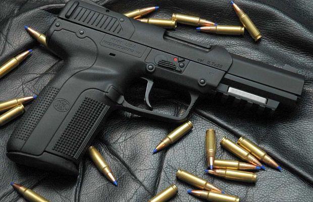 FNFive-seven— пистолет, известный тем, что способен прострелить большую часть существующих ныне бронежилетов. Оннастолько мощный, что вСША обыкновенные граждане могут купить кнему исключительно спортивные боеприпасы.
