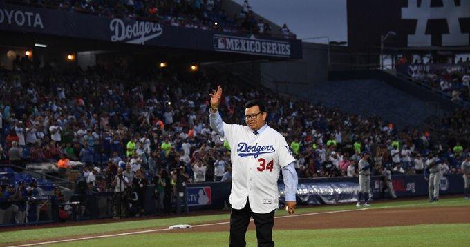Un jugador de béisbol en un estadio  Descripción generada automáticamente