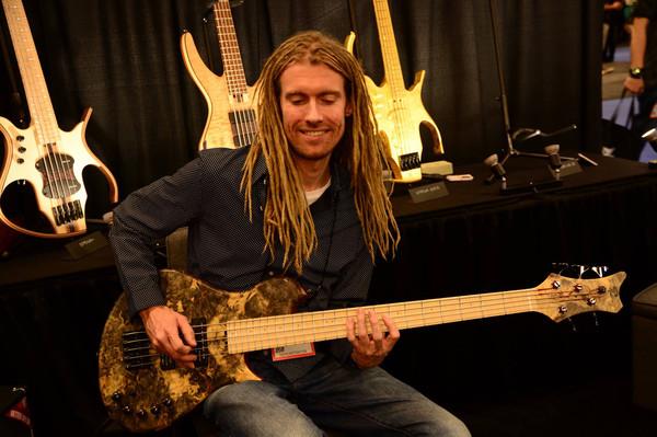 Remco Hendrix mostra cómo tocar fingerstyle en el bajo