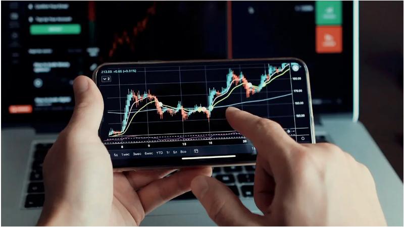 Ilustrasi seseorang yang sedang trading cryptocurrencies