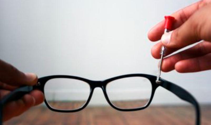 תיקון משקפיים רופפות, הידוק הברגים של המסגרת.