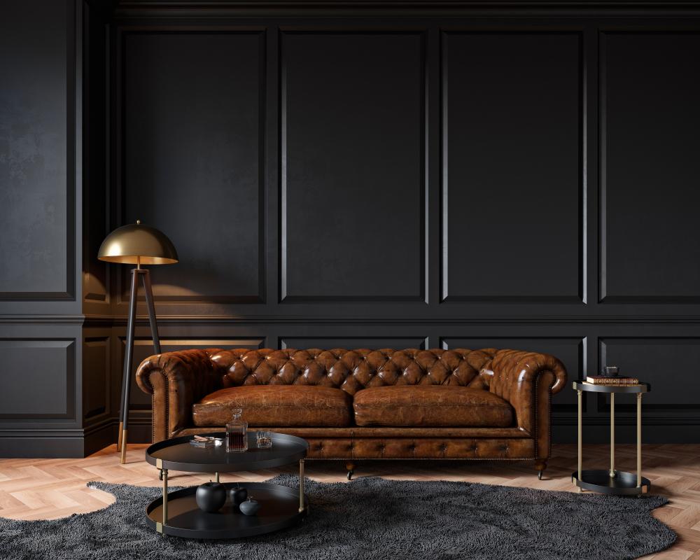 Uma sala com decoração clássica.
