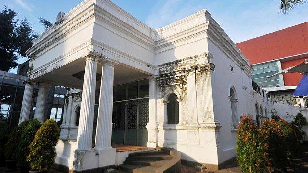 Rumah tua Pondok Cina yang masih berdiri kokoh di tengah kawasan Margo City, Depok, Jawa Barat, Jumat (15/7). Rumah itu kini menjadi satu-satunya cagar budaya penanda kawasan di sekitarnya yang disebut Pondok Tjina sejak abad ke-17 yang tak bisa dilepaskan dari perkembangan Kota Depok.