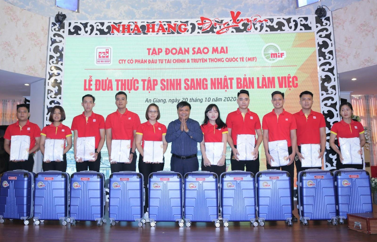 3. Ông Huỳnh Thế Loan - Phó Giám đốc Ngân hang CSXH tỉnh An Giang trao quà cho các TTS đủ điều kiện sang Nhật Bản làm việc