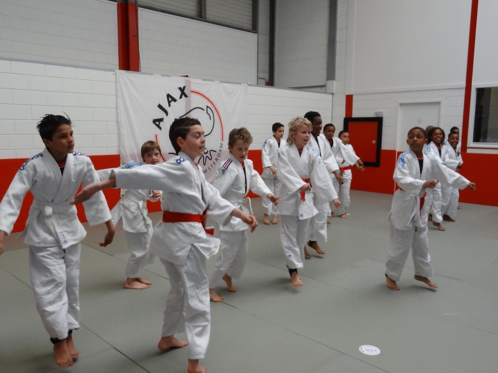 Kids praticsing judo