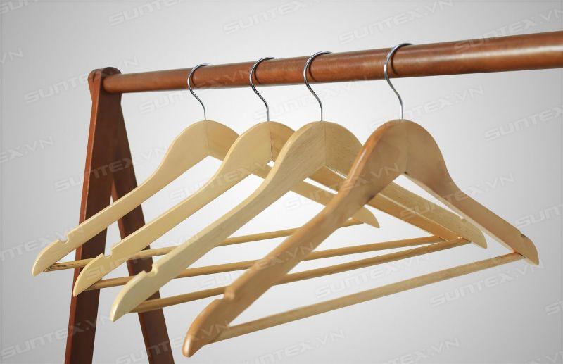 Chọn mua móc treo quần áo cho shop có khác mua móc treo gia đình?