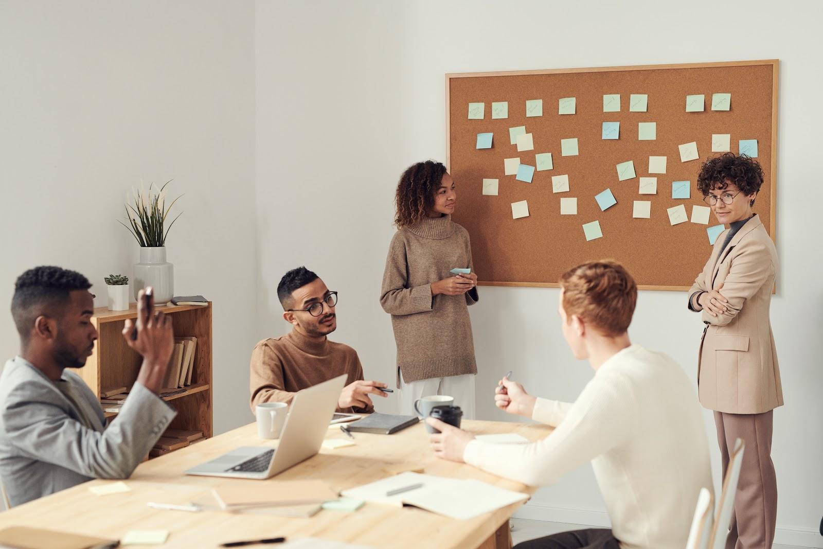 Pessoas em reunião discutindo sobre uma pauta importante. Para boas soluções, é necessário criatividade e inovação dos colaboradores