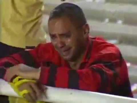 Flamenguista chorando com o vice da Copa do Brasil 2004