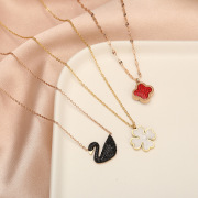 Korean Version of the Titanium Steel Gradient Swan Necklace Female Clover Cool Simple No Color Fading Clavicle Chain Pendant Wholesale Supply