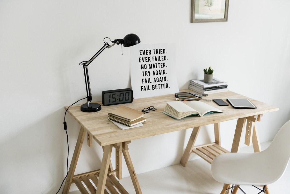 Inspirasi dekorasi area atau ruang kerja dengan lampu meja - source: fancycrave.com