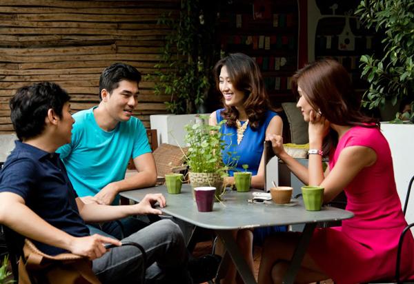 Bạn nên hòa đồng với bạn bè của chàng để tạo sự gần gũi và thiện cảm.
