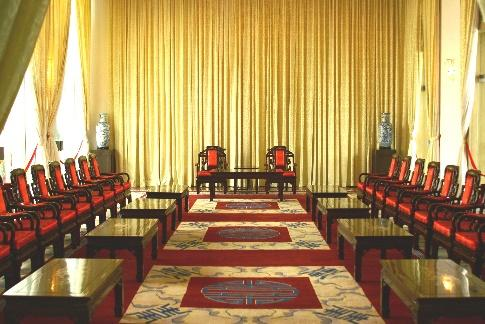https://upload.wikimedia.org/wikipedia/commons/1/14/Reunification_Palace_-_Vice-Presidents_reception_room_1.JPG