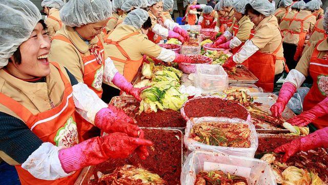 Кореянки готовят блюдо кимчхи