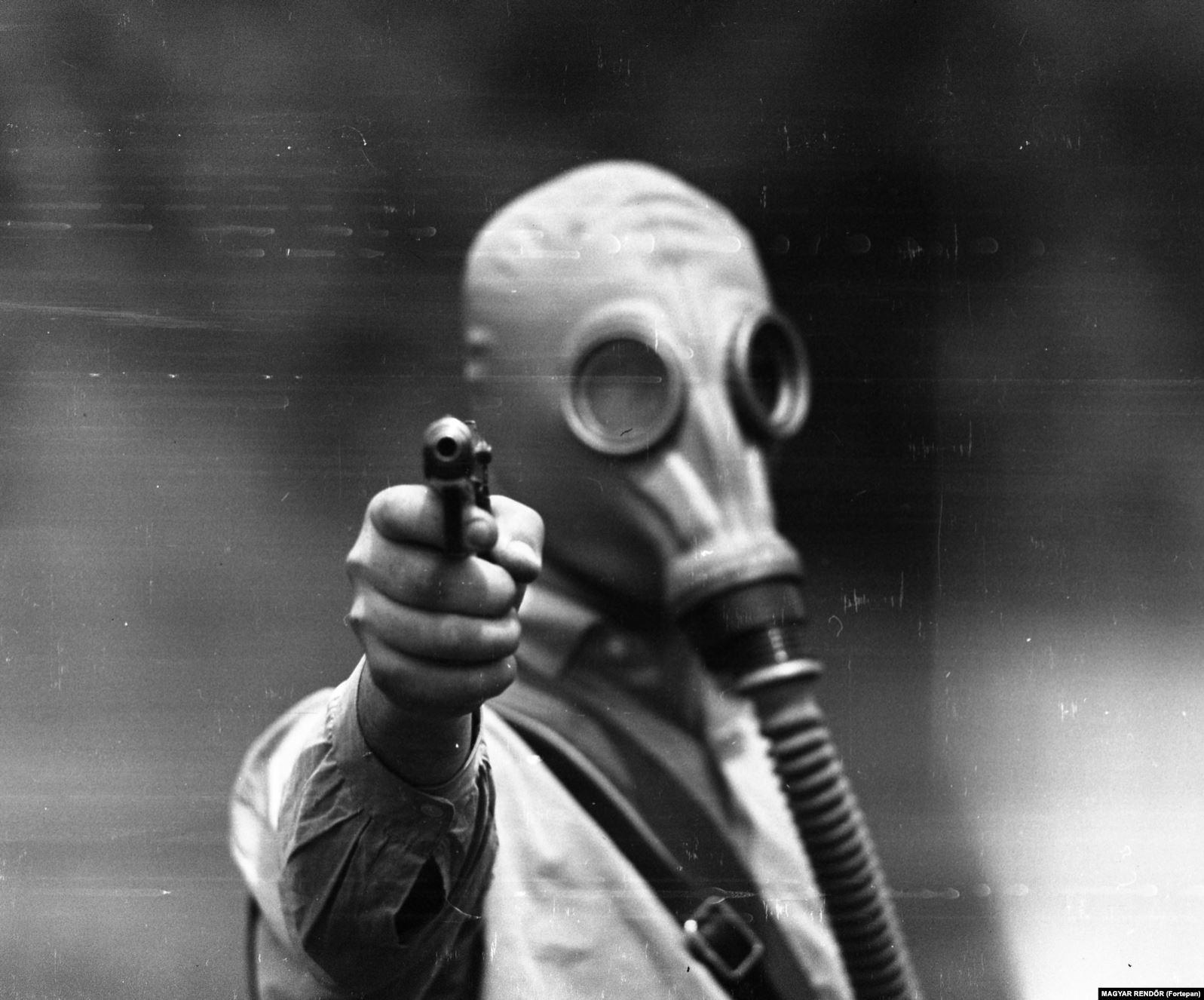 Военная подготовка с пистолетом и в противогазе, 1967 год