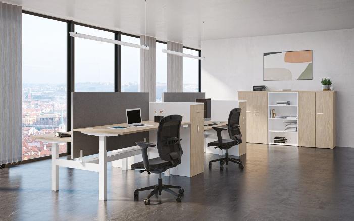 Bureaux réglables en hauteur dans un open space de style déco neutre