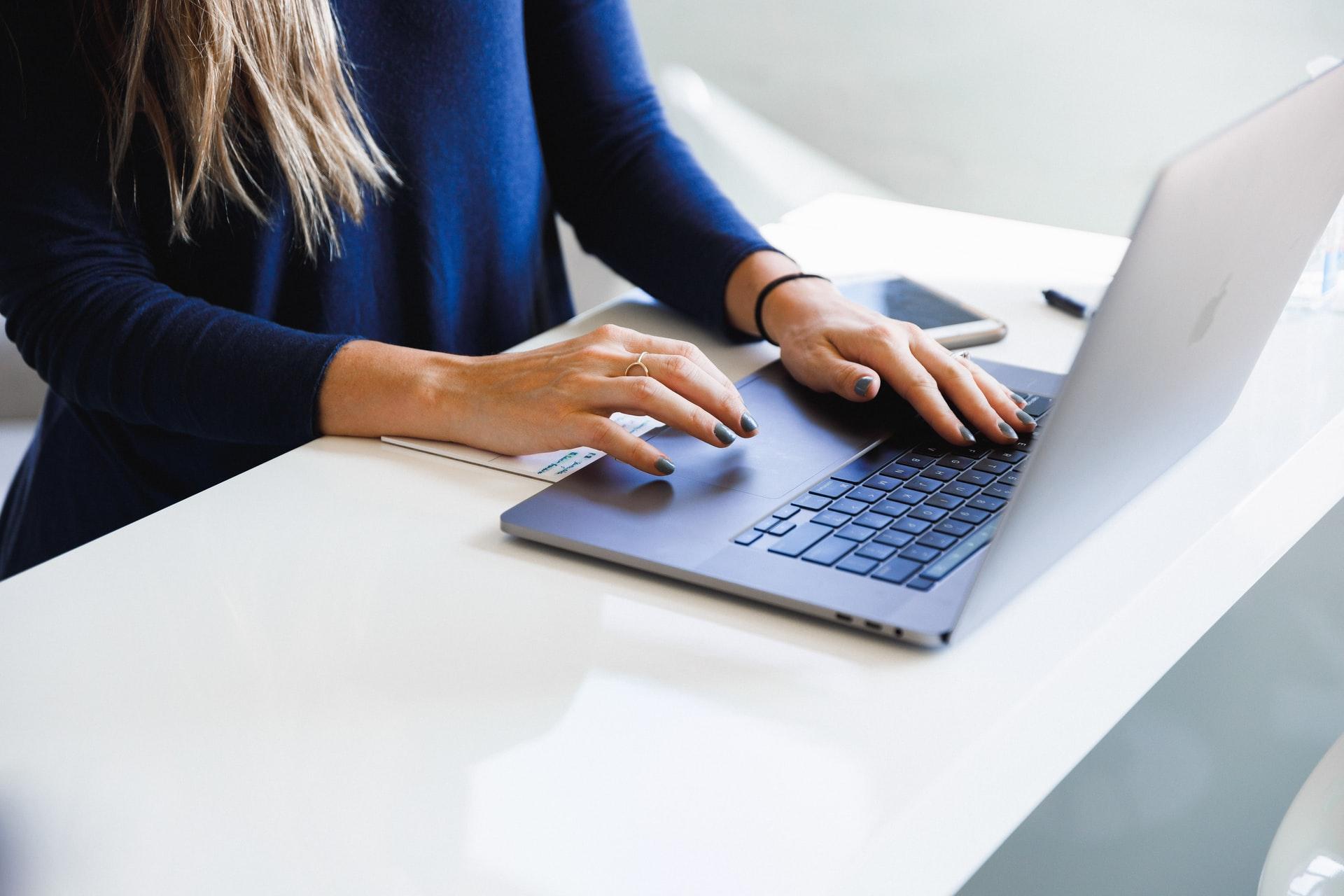 Boa parte de como fazer um plano de negócios para e-commerce envolve sentar, pesquisar e escrever. (Foto: Unsplash)