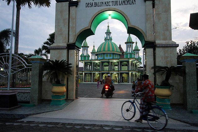 Warga mendatangi Masjid Miftahul Huda di Desa Balun, Lamongan, Jawa Timur, Minggu (19/6). Masjid Miftahul Huda berdiri tak jauh dari Pura Sweta Maha Suci dan Gereja Kristen Jawi Wetan Balun.