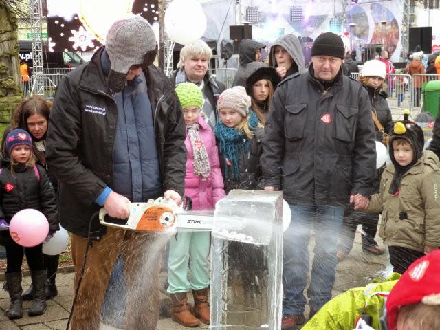 """""""Kettensäge on Ice"""": Auf dem Platz Orła Białego in der Altstadt (Stare Miasto) wurde einiges geboten (Foto: A. Schwarze)"""