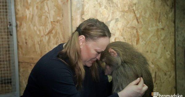 Дресирувальниця зі своєю підопічною мавпою