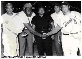 Foto en blanco y negro de un grupo de personas en uniforme  Descripción generada automáticamente