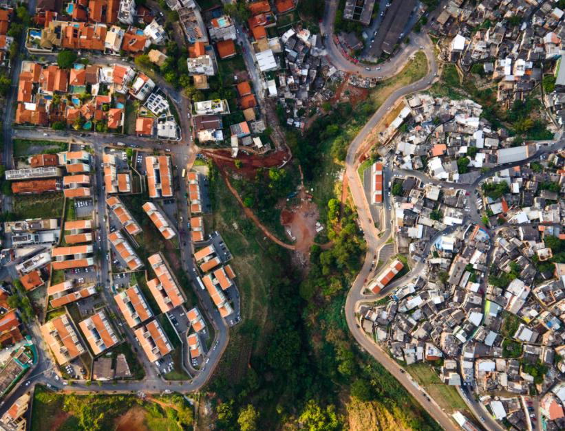 Em Belo Horizonte, a favela do Morro de Papagaio fica em frente ao rico subúrbio de Santa Lúcia. (Johnny Miller/Unequal Scene/Reprodução)