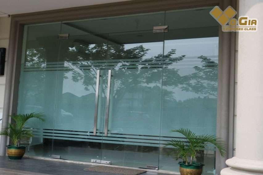 Giá kính cường lực tại Đà Nẵng là yếu tố quyết định đến công trình đó sẽ sử dụng loại nào. Giá cả cũng là phần hết sức quan trọng khi chọn đơn vị mua.