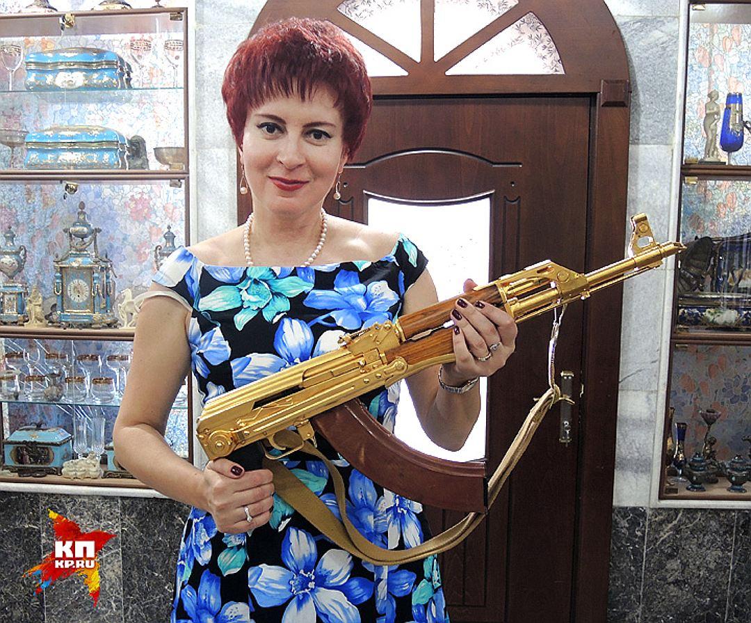 """Золотой """"Калашников"""", подаренный саудовским королем Саддаму Хусейну. Фото: Дарья АСЛАМОВА"""