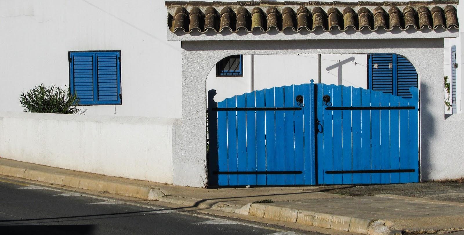 синие ворота в заборе