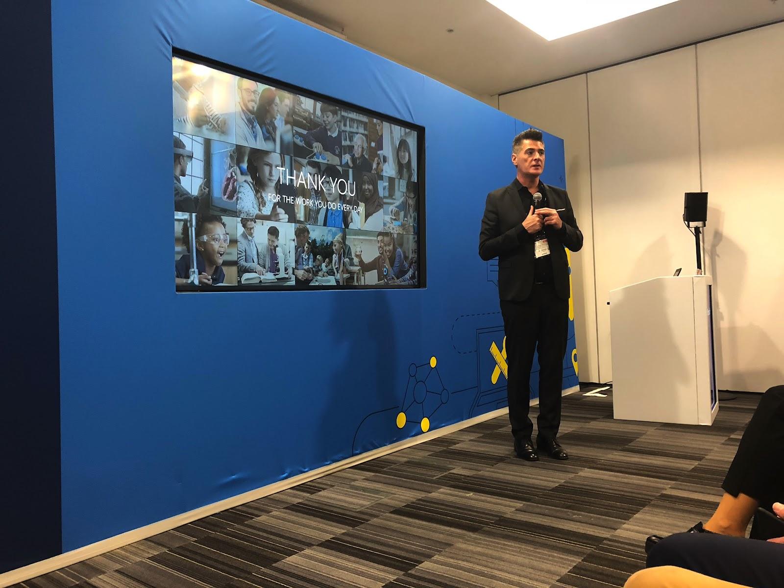 Anthony Salcito dando la bienvenida a los Global trainers en el Bett. A partir de ahora serán clave para la introducción de las herramientas de Microsoft en los centros educativos.