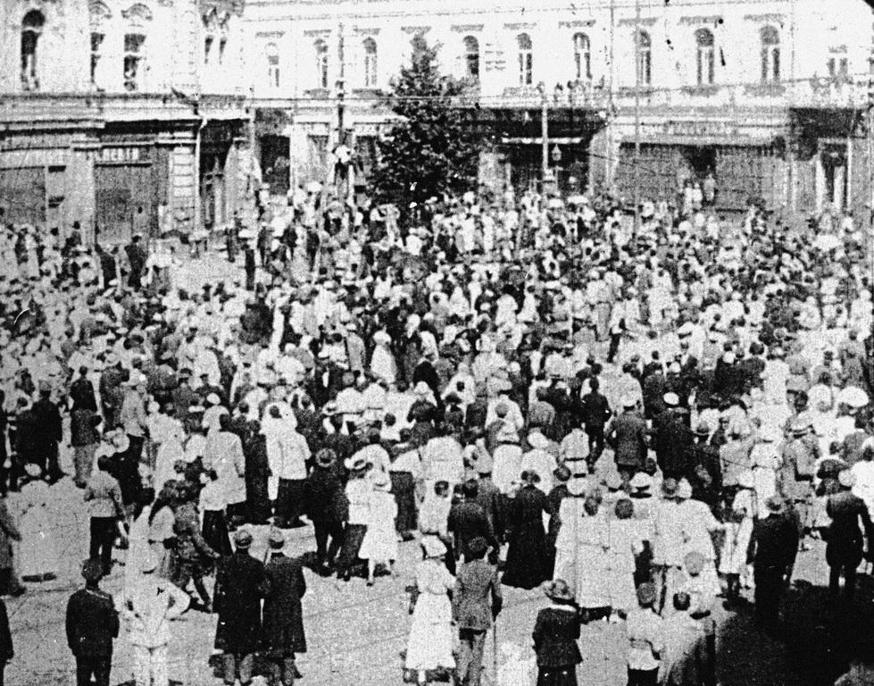 Кияни на Думській площі. Близько 1918-го